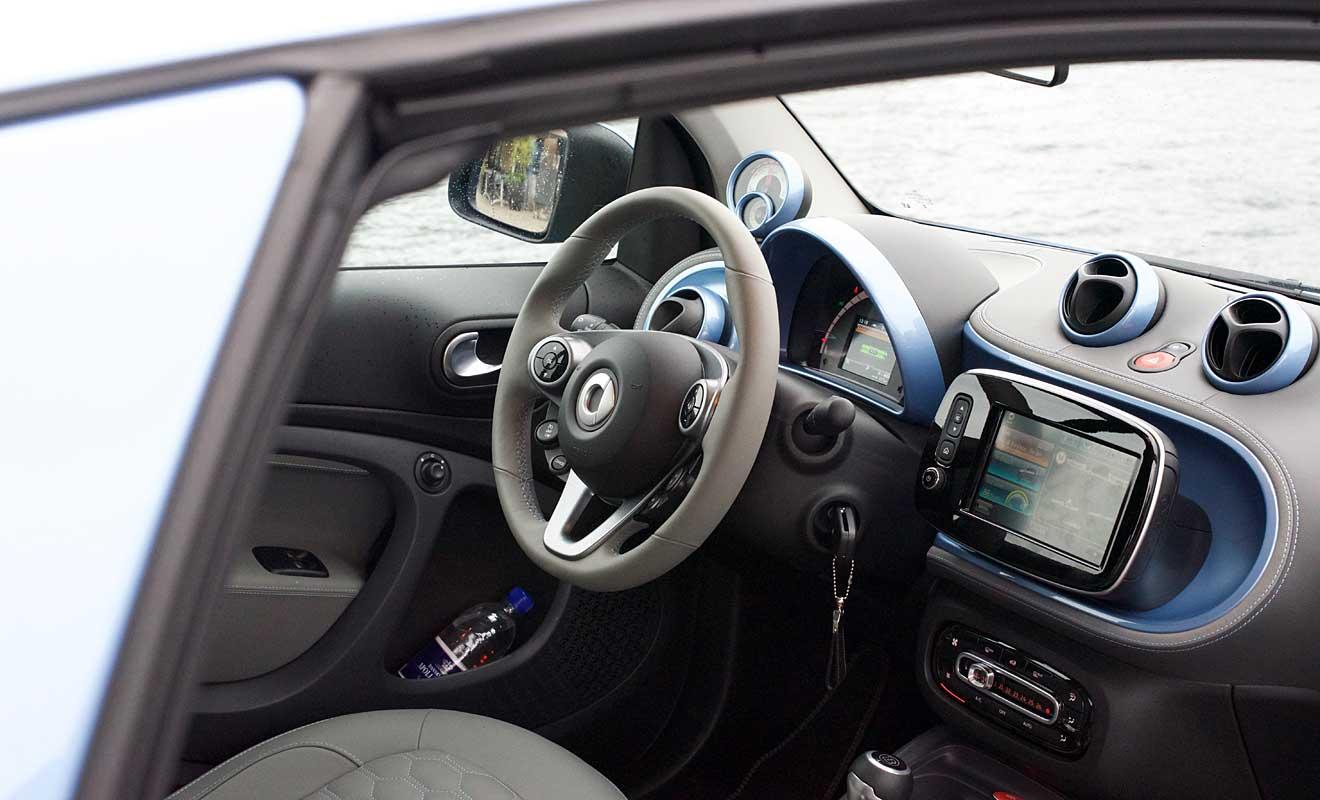 Das Cockpit des Elektro-Smart. Foto: Blumenstein
