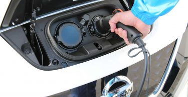 Ein Nissan Leaf wird geladen. Foto: Nissan